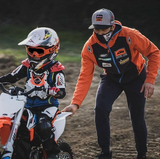 Jack Gandino alle prese con un piccolo motocrossista